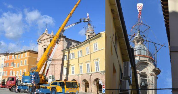 I lavori in piazza per rimuovere la cupola del campanile