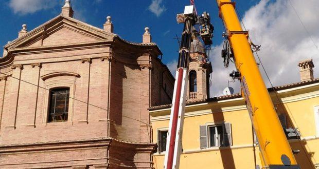 Gru in piazza per l'intervento alla chiesa di San Giuseppe