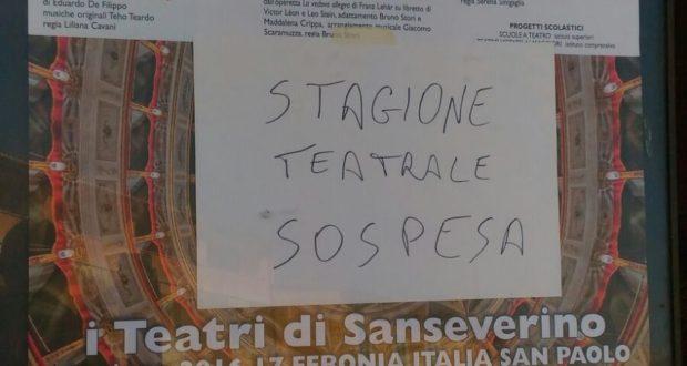 Il cartello affisso al teatro