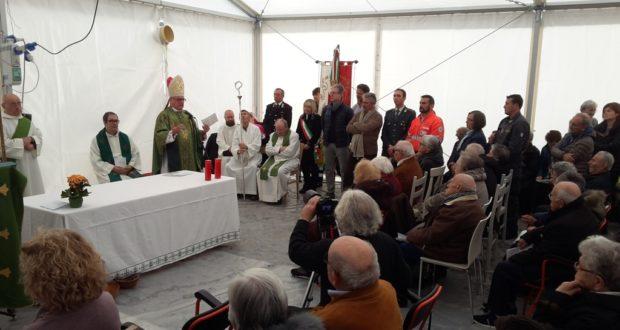 La messa del vescovo nel tendone