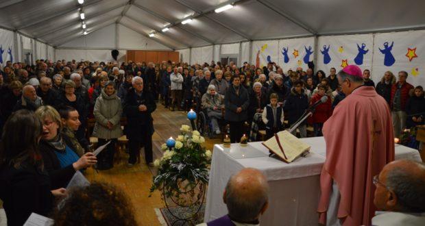 """La messa celebrata dal vescovo Antonio Napolioni nel tendone del """"Don Orione"""""""