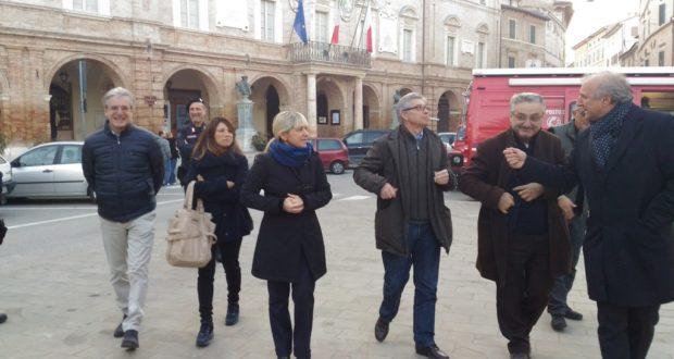Errani in Piazza del Popolo durante una visita a San Severino