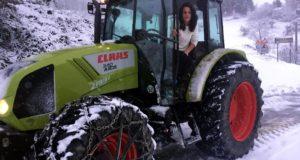 Jessica Sgalla alla guida di uno dei suoi trattori