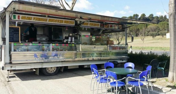 Il furgone della norcineria Fattobene