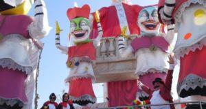 Una delle due classi sopra un carro allegorico del Carnevale di Fano