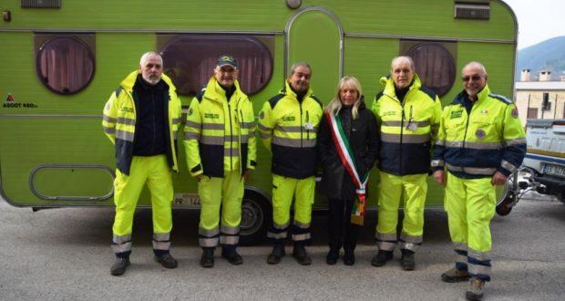 I volontari della Protezione civile del Pavese a San Severino per la consegna di una roulotte
