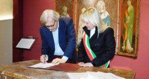 Vittorio Sgarbi in Pinacoteca firma gli atti per risiedere a San Severino; con lui il sindaco Rosa Piermattei