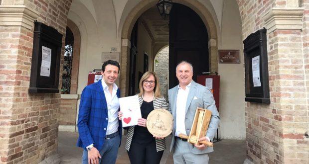 Andrea Surdo e Lucia D'Ubaldo assieme al vice sindaco Giovanni Meschini