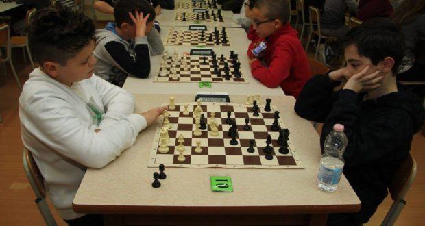Giovani scacchisti in gioco