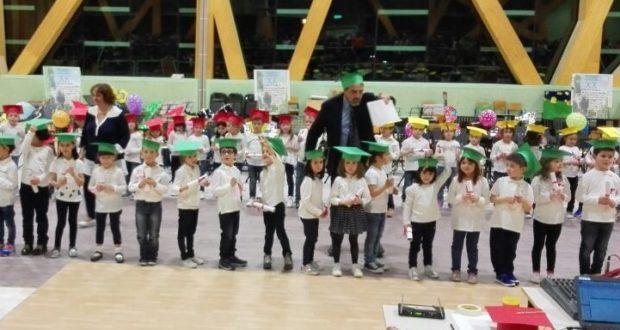 Il preside consegna il diploma ai piccoli alunni
