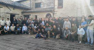 I partecipanti radunati nella piazzetta di Serralta