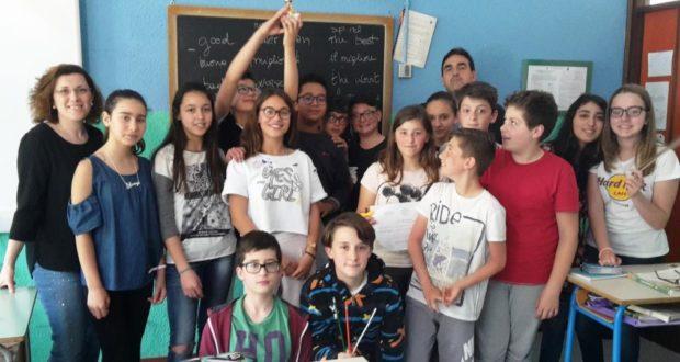 Gli alunni protagonisti del torneo assieme alla docente Giaché e al preside Luciani