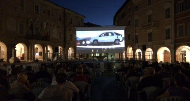 Il maxischermo in piazza per la rassegna cinematografica