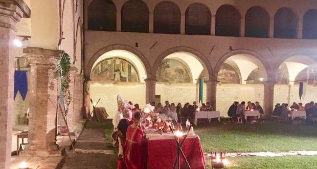 La cena a corte nel chiostro di San Domenico