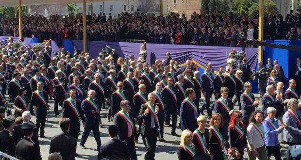 La parata: fra i sindaci dei paesi colpiti dal terremoto anche quello di San Severino (in basso a destra)