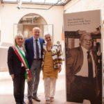 Il sindaco Rosa Piermattei, il presidente nazionale di Confartigianato, Giorgio Merletti, e la professoressa Donella Bellabarba con accanto l'immagine dell'indimenticato Folco Bellabarba