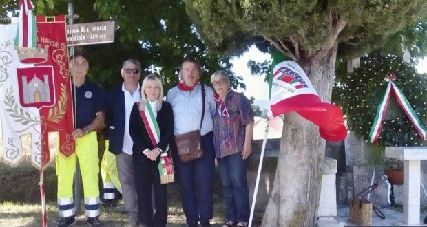 La foto di fronte al monumento ai caduti di Chigiano