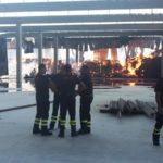 Alcuni dei vigili del fuoco intervenuti per spegnere l'incendio