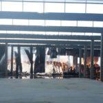 Le fiamme avvolgono i quintali di fieno rimessi nei capannoni