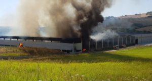 La colonna di fumo provocata dall'incendio