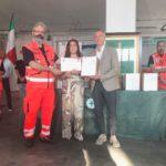 Paolo Paoloni riceve la donazione dalla Croce verde