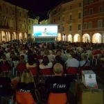 Il pubblico in piazza per il film Oceania