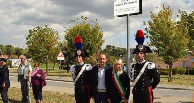 Jacopo Orlandani e il sindaco Rosa Piermattei alla cerimonia d'intitolazione del Largo Piermanni