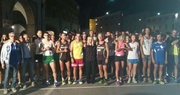 La partenza della gara podistica di venerdì sera con il sindaco Rosa Piermattei per lo start