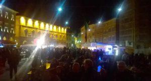 La piazza gremita di persone per la Sagra della porchetta (edizione 2016)