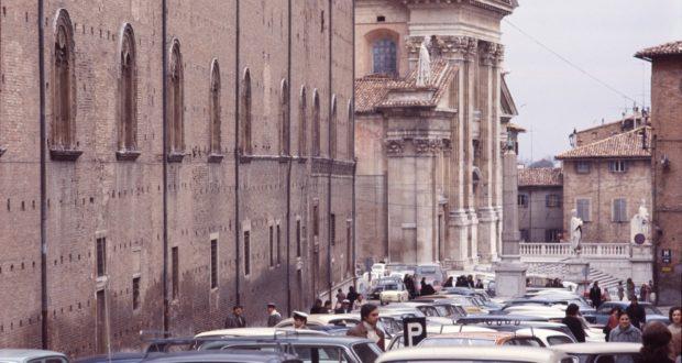L'allora centro storico di Urbino assediato dalle auto