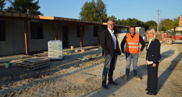 """Il presidente della Regione, Luca Ceriscioli, nel cantiere delle """"casette"""" assieme al sindaco Rosa Piermattei"""