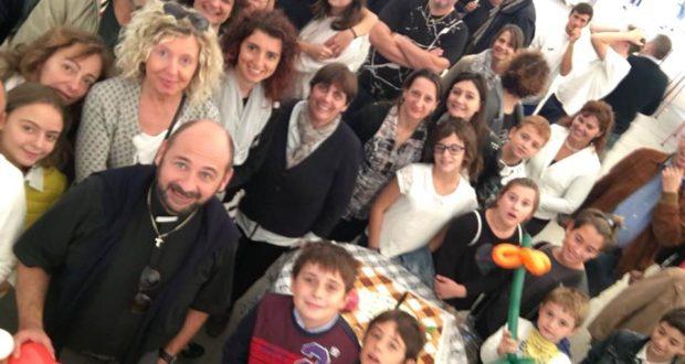 Don Luca (in primo piano a sinistra) assieme ai suoi parrocchiani durante la festa di saluto