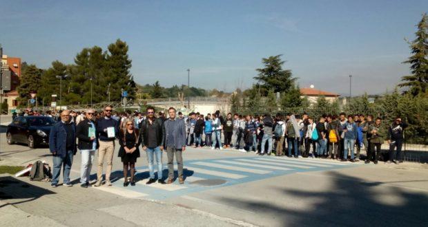 """Lo scrittore Emanuelli con gli studenti di fronte al """"cratere"""" del vecchio Itis"""