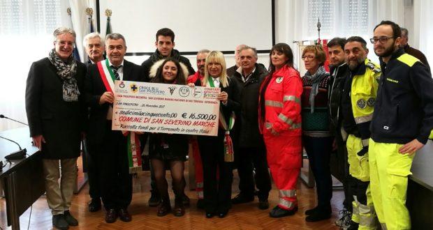 La consegna dell'assegno di 16.500 euro