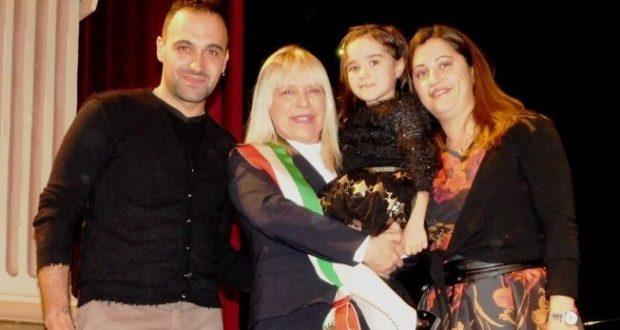 Nicole Marzaroli con i suoi genitori e con il sindaco Rosa Piermattei