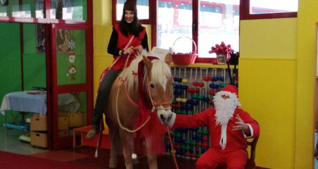 Babbo Natale, l'Elfo aiutante e il cavallo Spirit