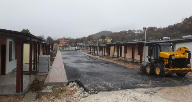 """Il vialetto all'interno del villaggio di """"Sae"""" a San Severino"""