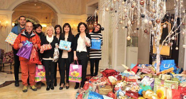 La consegna dei regali all'assessore Vanna Bianconi e al responsabile della Protezione civile, Dino Marinelli