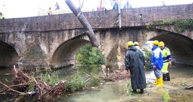 """Un intervento al Ponte Sant'Antonio per """"ripulire"""" il fiume"""