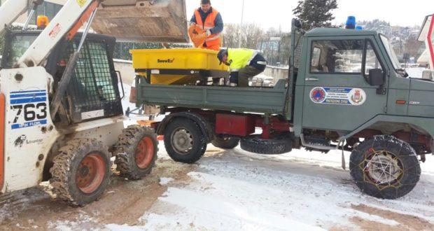 Uomini e mezzi all'opera per la neve