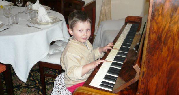 Denis al piano quando aveva 3 anni