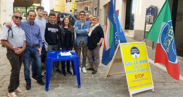 Il presidio di Fratelli d'Italia per la raccolta delle firme