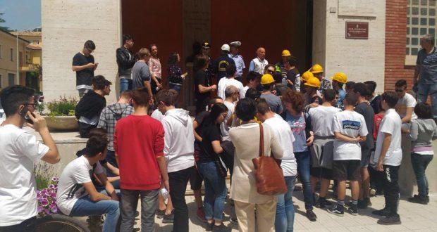 Studenti dell'Itis fuori dalla scuola dopo la scossa