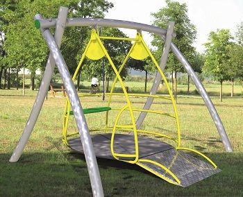 Il modello di altalena che verrà inaugurata ai Giardini pubblici