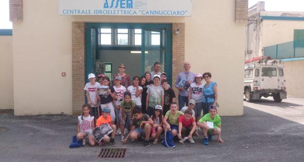 Gli alunni e le loro insegnanti assieme ad Adriano Francucci e Sergio Sparvoli dell'Assem