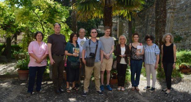 Il gruppo con il vicesindaco Vanna Bianconi all'interno del cortile della pinacoteca civica