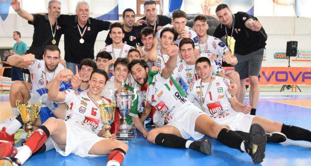Paparoni (a destra) con l'Under 20 campione d'Italia