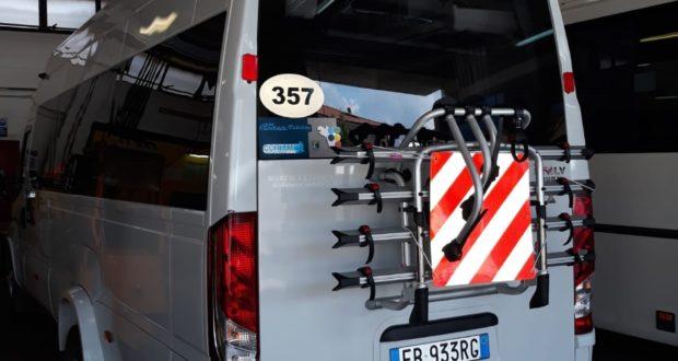 Uno dei mezzi Contram attrezzati per il trasporto delle bici