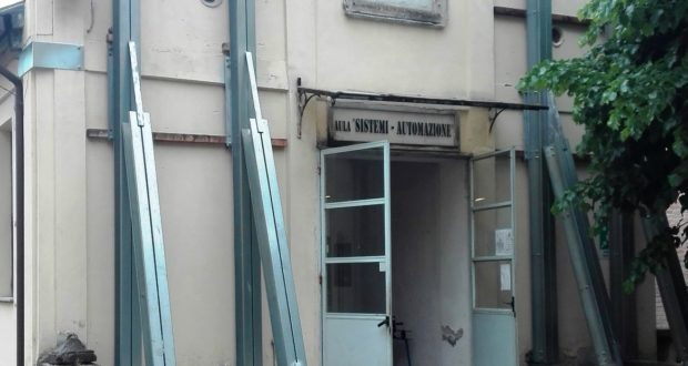 L'ingresso dell'aula Sistemi dopo il terremoto