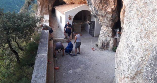 I volontari del Comitato di Serralta all'opera presso la Grotta di Santa Sperandia